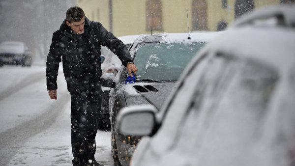Řidič nyní bude muset před jízdou očistit celé auto, nejenom skla.