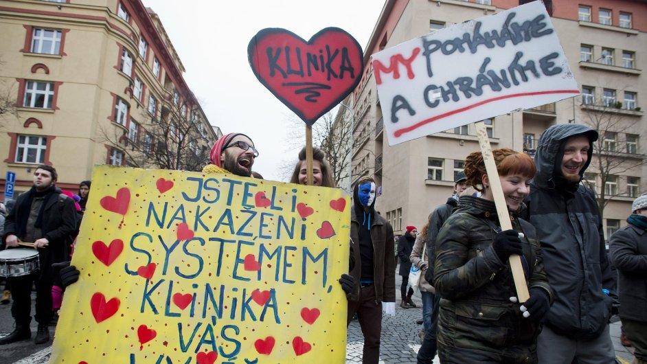 Squatteři demonstrovali na konci ledna na podporu využití bývalého objektu polikliniky jako Autonomního sociálního centra Klinika.
