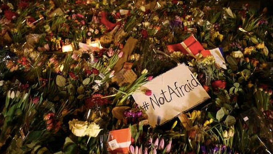 Obyvatelé města přinesli na obě pietní místa stovky květin a svíček.