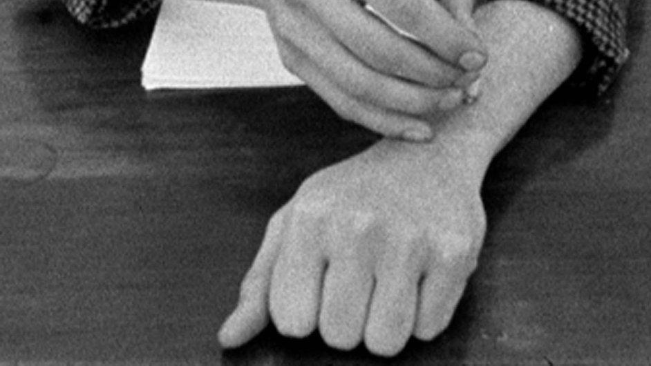 Na slavném videu ze 60. let protestoval Harun Farocki proti použití napalmu během války ve Vietnamu tím, že hasil cigarety o vlastní tělo.