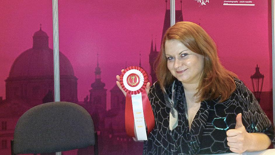 Nela Cajthamlová z České filmové komise, která v Los Angeles vyhrála stříbrnou medaili za nejlepší design stánku.