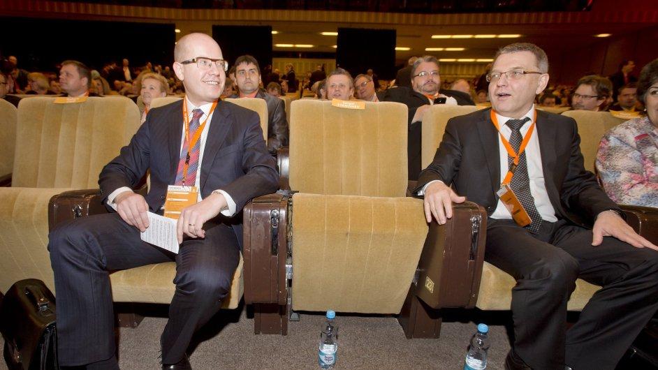 Předseda ČSSD Bohuslav Sobotka (vlevo) a ministr zahraničních věcí Lubomír Zaorálek.