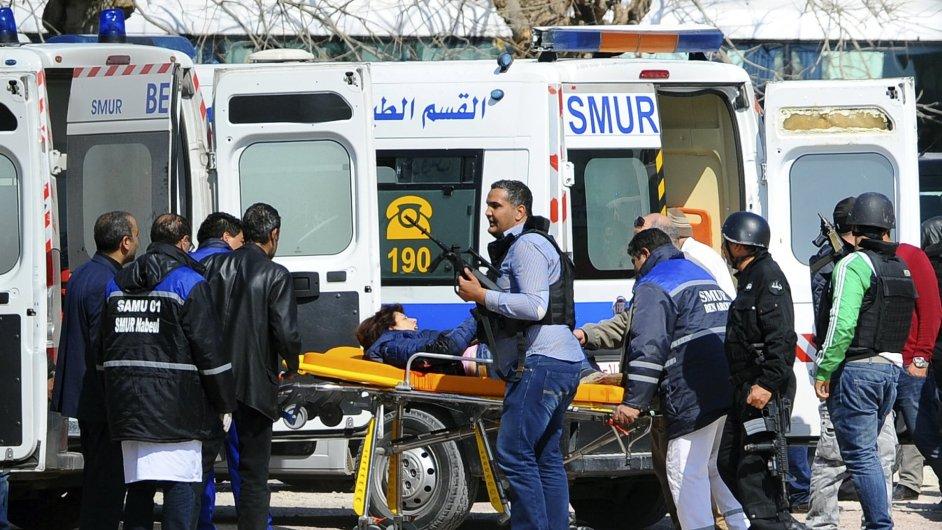 Záchranka odváží oběti útoku na muzeum vTunisku