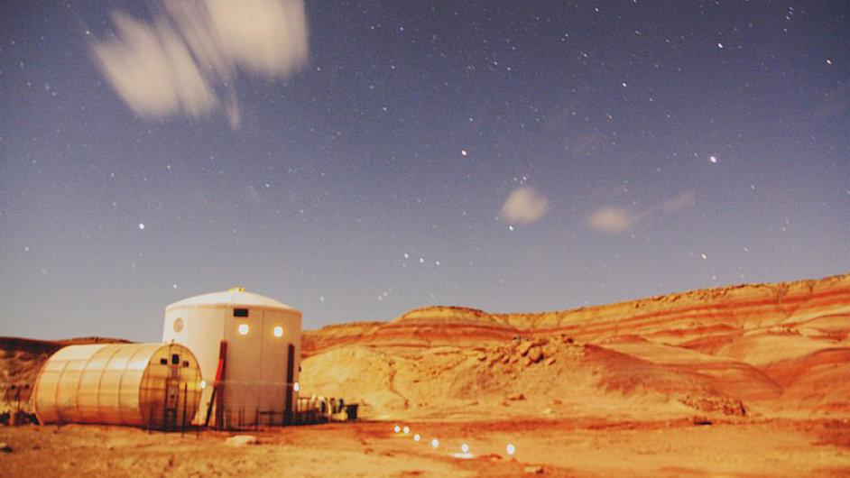 Snímek simulátoru Mars Desert Research Station v noci.