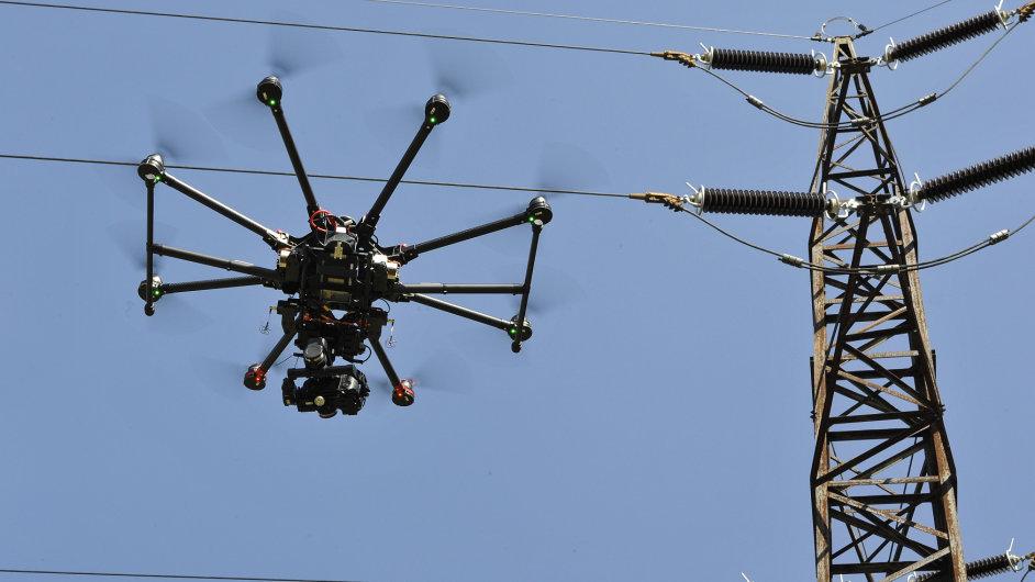 E.ON v Česku otestoval dva drony, které by v budoucnu mohli sloužit ke kontrole elektrických rozvodů.