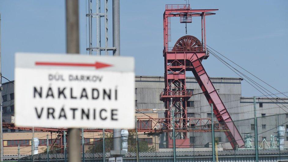 Těžební věž Dolu Darkov v Karviné, kde zemřeli po úniku metanu tři horníci. Jeden je v kritické stavu.