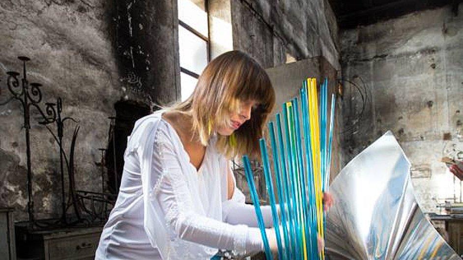 Lenka Morávková zahraje na českou verzi skleněného nástroje cristal baschet.
