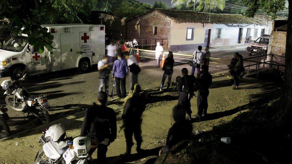 Novináři i záchranáři čekají před vězením v salvadorském Quezaltepeque, kde se v sobotu strhla vážná bitka mezi vězni.