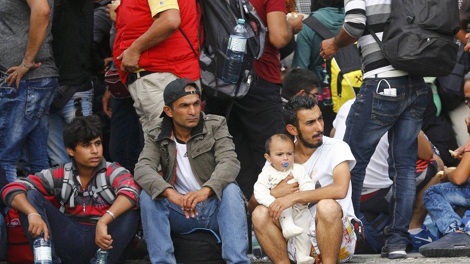 Migranti čekají, až budou zaregistrování po přechodu Rakouské hranice