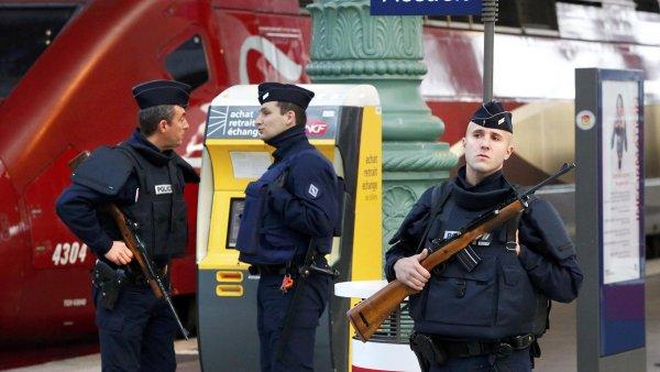 C�lem terorist� mohou b�t i lid� cestuj�c� vlaky. Na sn�mku lo�sk� policejn� kontroly na pa��sk�m n�dra�� Gare du Nord.