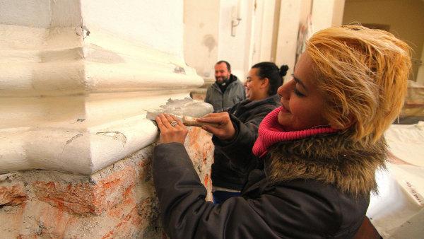 Odsouzen� k obecn� prosp�n�m prac�m pracuj� v kostele v �ervence u Litovle.