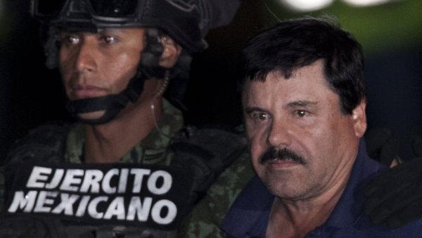 Mexický drogový boss Guzmán byl po zatčení přesunut zpět do vězení, ze kterého se mu loni podařilo utéct.