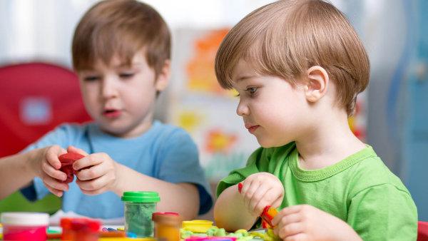 Vedle jistoty místa pro všechny děti má návrh zajistit pomoc dětem ze sociálně vyloučených lokalit.