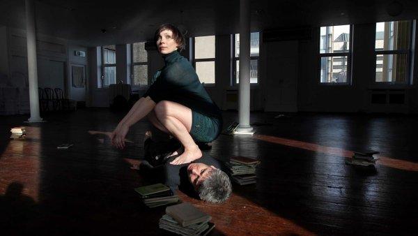 Snímek z inscenace Fulcrum, kterou na beckettovském festivalu v Paříži inspirovala hra Katastrofa.