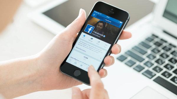"""Lajkování nestačí:Mladí jsou zvyklí komunikovat rychle a stručně přes Facebook, často se omezují pouze na tlačítko """"líbí se mi""""."""