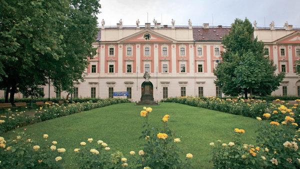Pražská Invalidovna je monumentálním barokním dílem postaveným podle plánu Kiliána Ignáce Dientzenhofera.