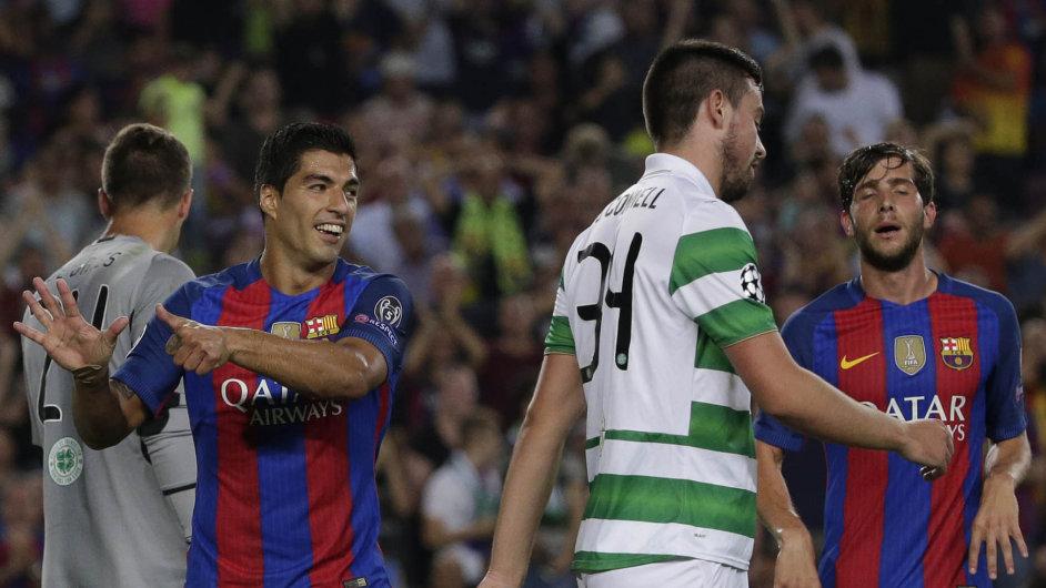 Barcelonský útočník Luis Suárez ukazuje naprstech protihráčům zCeltiku Glasgow, že se skóre právě posunulo na 6:0. Ato záhy přidal ještě sedmý díl skotské potupy.