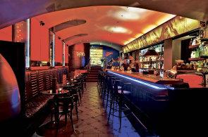 Barová legenda v Pařížské láká na marinovanou chobotnici a avokádo s tuňákem e36e381e39