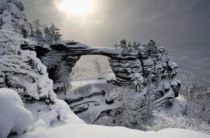 Zima s atmosférou: Šumavská magistrála, sjezdovka na kraji města nebo skály Českého Švýcarska