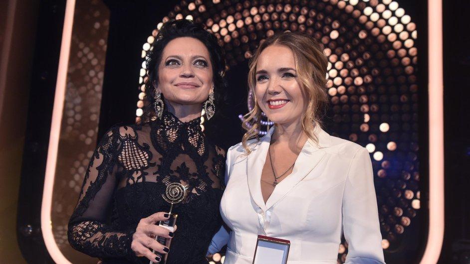 V kategorii zpěvaček zvítězila Lucie Bílá (vlevo), na druhém místě skončila Lucie Vondráčková (vpravo).