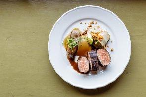 Zápisky protivného hosta: Kančí hřbet s topinamburem pro gourmety v prvorepublikové atmosféře Café Savoy