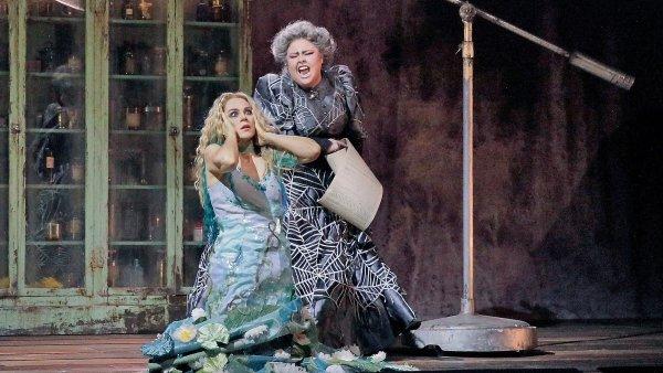 Na snímku z inscenace Rusalky v Metropolitní opeře jsou Rusalka (Kristine Opolaisová) a Ježibaba (Jamie Bartonová).