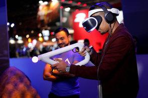 Na virtuální brýle pro PlayStation od Sony se stojí fronty. Firma se stala lídrem trhu