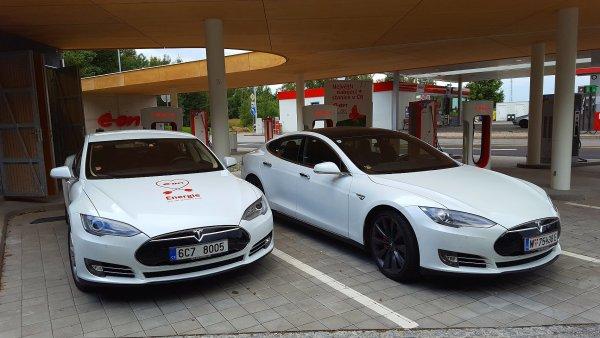 Tesla má v Česku zatím jednu oficiální nabíječku u dálnice D1.