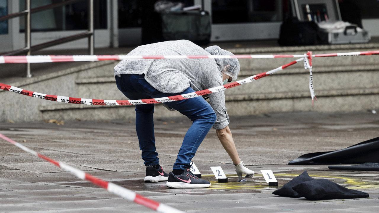 Fotografie z hamburského místa činu, kde saúdský mladík zaútočil v pátek nožem.