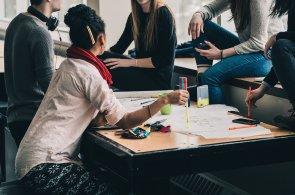 Vytváření vazeb mezi kulturami a lidmi = studium v zahraničí, ilustrační foto