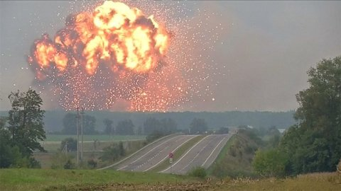 Masivni_exploze_na_Ukrajine._Kvuli_vybuchu_municniho_skladu_se_musi_evakuovat_20_tisic_lidi.jpg