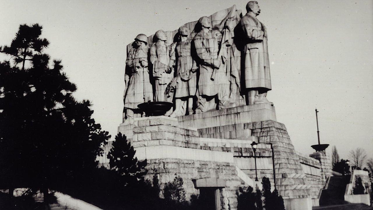 Sousoší v čele se Stalinem v Praze