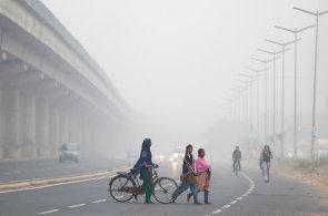 Obyvatele indického Dillí dusí smog. Školy jsou zavřené, lidé raději nevycházejí
