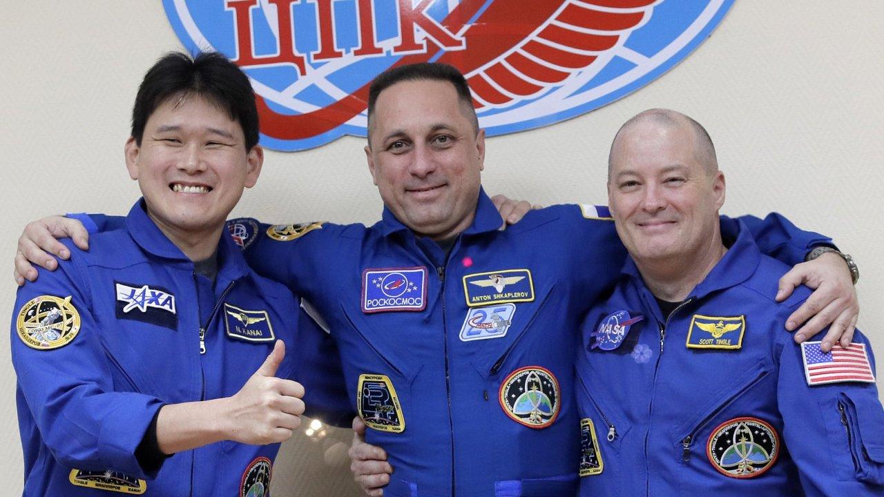Zleva japonský astronaut Norišege Kanai, velitel lodi ruský kosmonaut Anton Škaplerov a americký astronaut Scott Tingle.