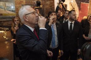 Jiří Drahoš slaví postup do druhého kola prezidentské volby.