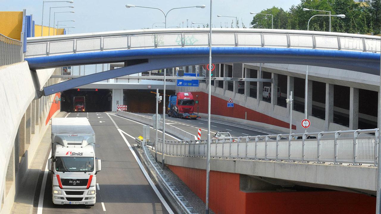 Stavba tunelů Dobrovského v Brně zajímá policisty. Protože místo původních 3,5 miliardy nakonec stály 12 miliard korun.