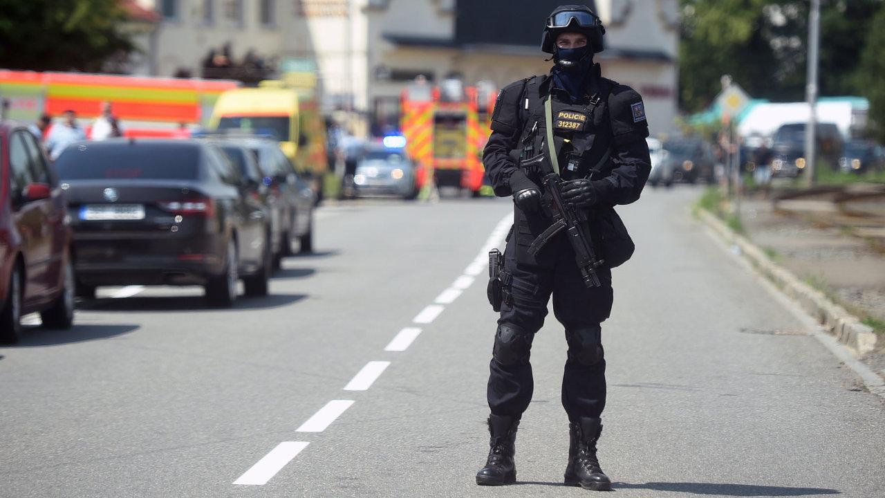 Policisté zasahují v ostravské části Poruba, kde se zabarikádoval v bytě neznámý muž.