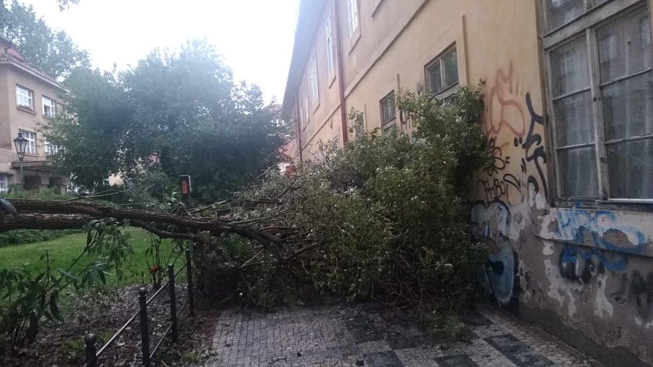 Hasiči museli v Praze odstraňovat několik spadlých stromů. Na snímku je ulice Besední na Malé Straně.