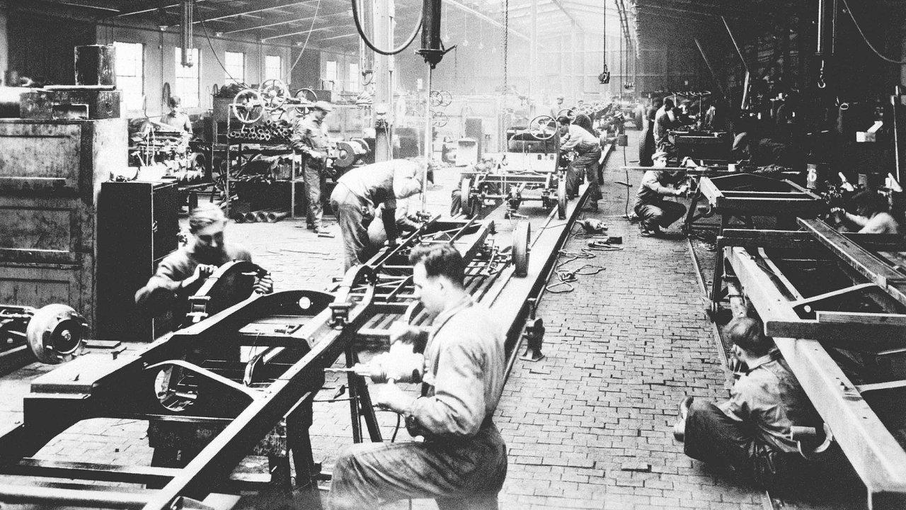 Montáž automobilů ve výrobní hale firmy Českomoravská-Kolben-Daněk (1931)