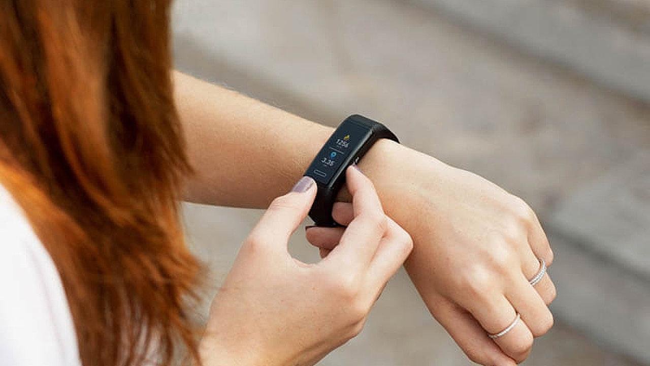 Fitness náramek Niceboy X-fit GPS boduje výdrží baterie, nikoliv designem.