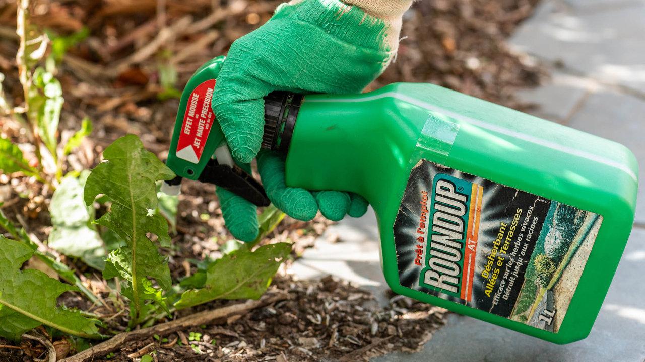 Přípravek Roundup na hubení plevele dostal společnost Bayer do potíží.