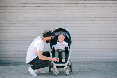 Pozor na muže s dítětem. Otcové s malými dětmi se shodují natom, že okolí k nim bývá vstřícnější než k ženám skočárkem.