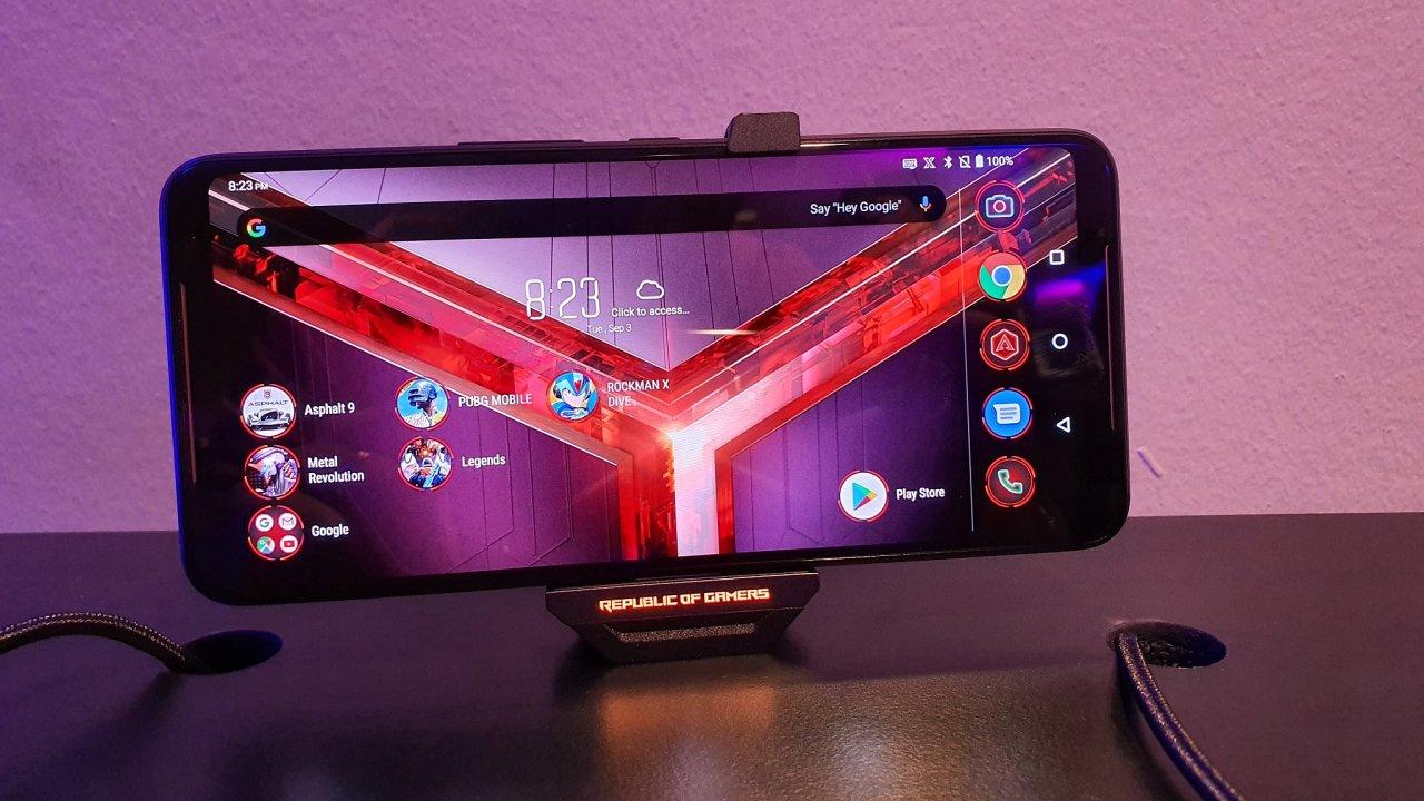 Asus patří k menším hráčům na trhu chytrých telefonů, ale letos silnějším značkám pěkně zatápí.