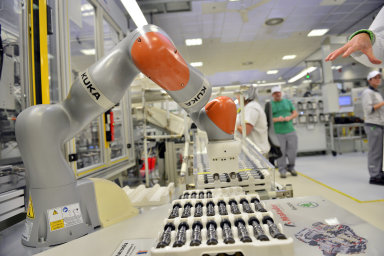 Ve vrchlabské Škodě převážejí díly hrající roboti. Cílem vedoucího závodu je neutrální uhlíková stopa