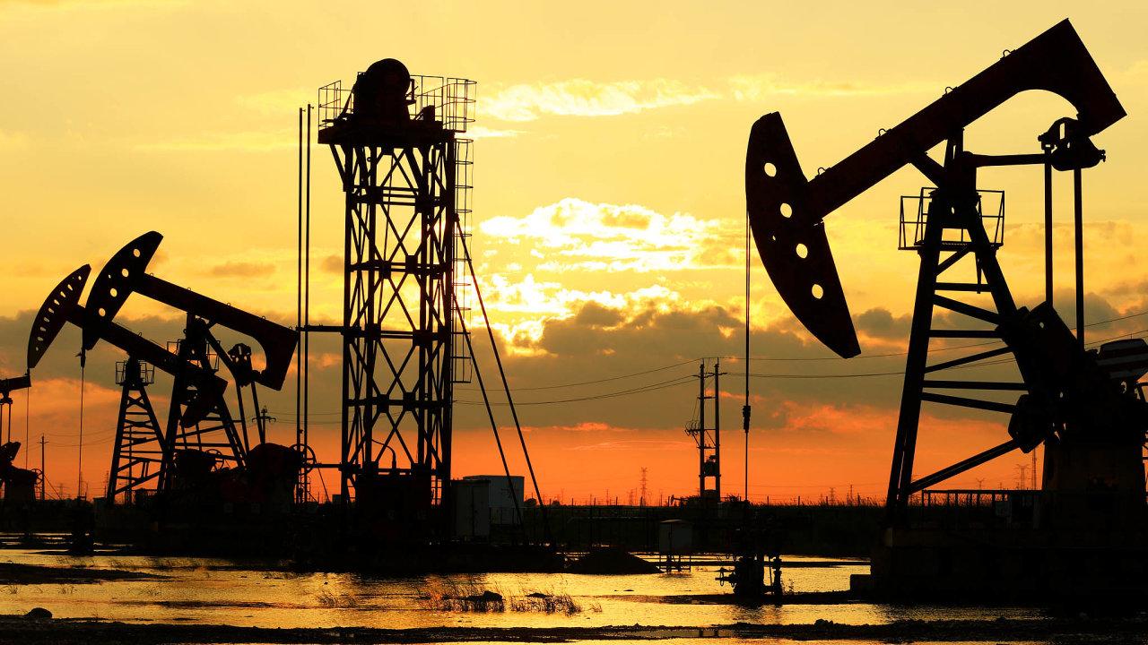 Ceny ropy stouply, trh reagoval na zprávy, že Spojené státy zabily velitele íránských elitních jednotek Kásema Solejmáního. Vzrostly obavy, že napětí by mohlo zkomplikovat dodávky ropy na trh.