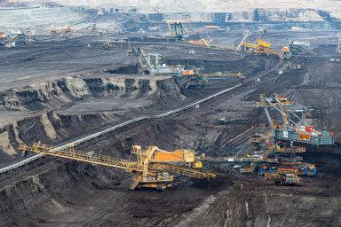 Pod Krušnými horami: Vsokolovské pánvi se uhlí těží užodkonce 18.století. Povrchové dobývání tu dosáhlo největšího rozmachu vedruhé polovině 20.století.