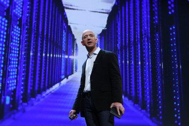 Nejbohatší člověk planety, šéf internetového obchodu Amazon.com Jeff Bezos, měl podle žebříčku magazínu Forbes vloňském roce majetek vhodnotě 131miliard USD.