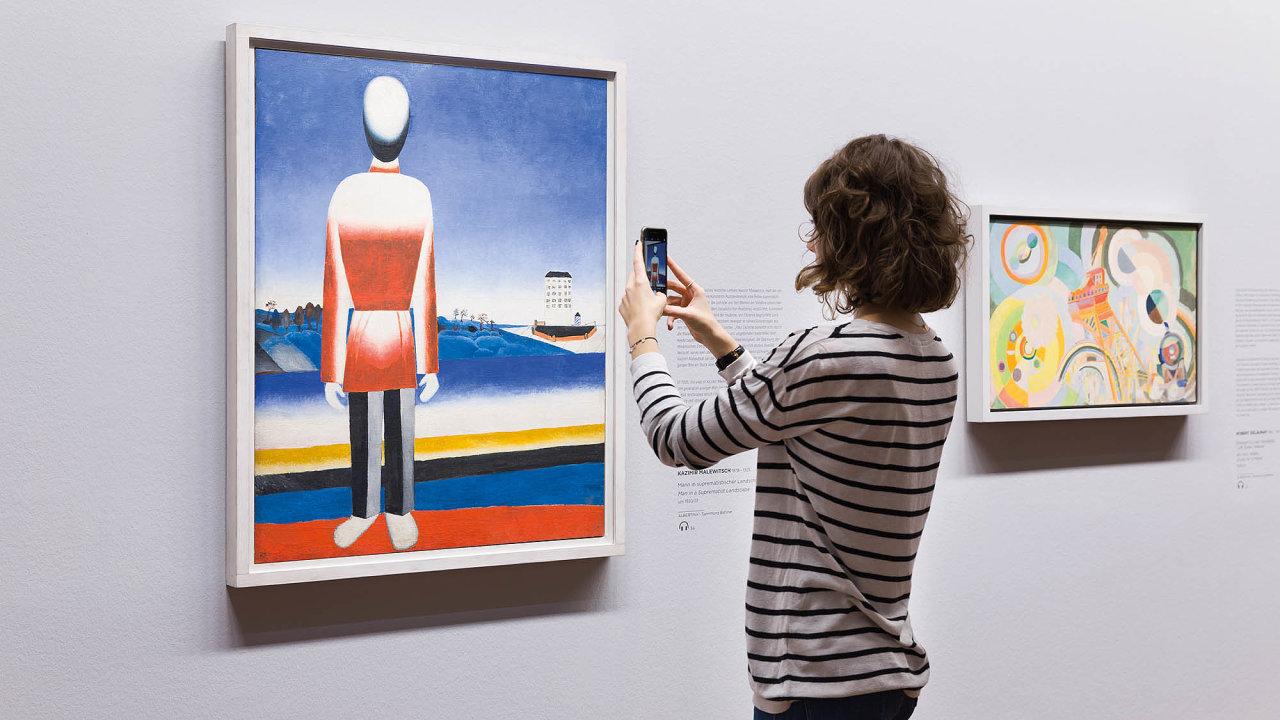 Aplikace Artivive vídeňské Albertiny nabízí možnost si on-line detailně prohlédnout třeba obraz Kazimira Maleviče z roku 1930 nazvaný Muž se suprematistickým pozadím (na snímku).