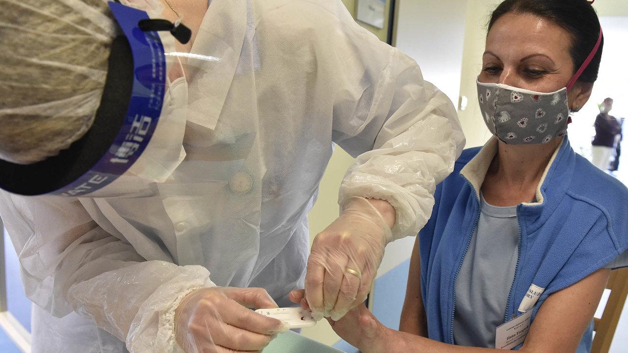 Jen kapka krve. Zítra začínají rychlotesty, unichž je zapotřebí jedna kapka krve. Nasnímku odebírá zdravotník krev zaměstnankyni vCentru služeb vKyjově naHodonínsku.