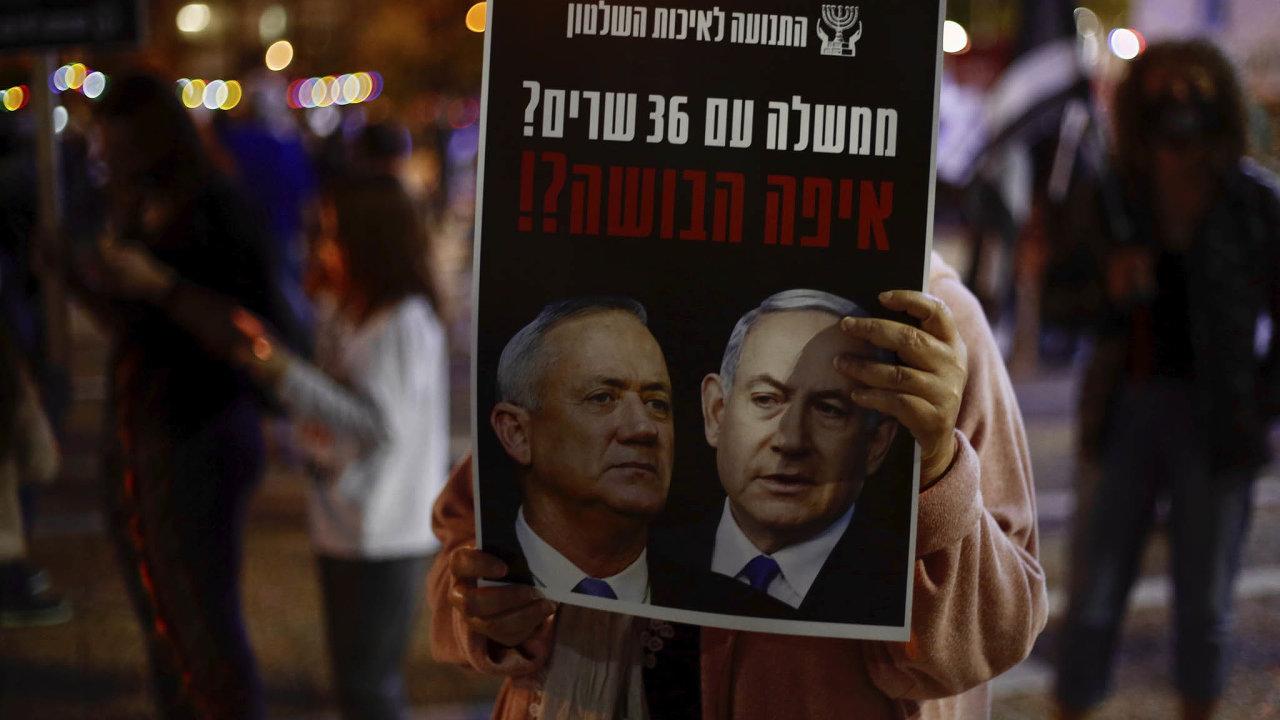 Rivalové. Benny Ganc zbloku Modrá abílá (vlevo) dlouho odmítal zasednout vjedné vládě sBenjaminem Netanjahuem. Nakonec ale souhlasil.
